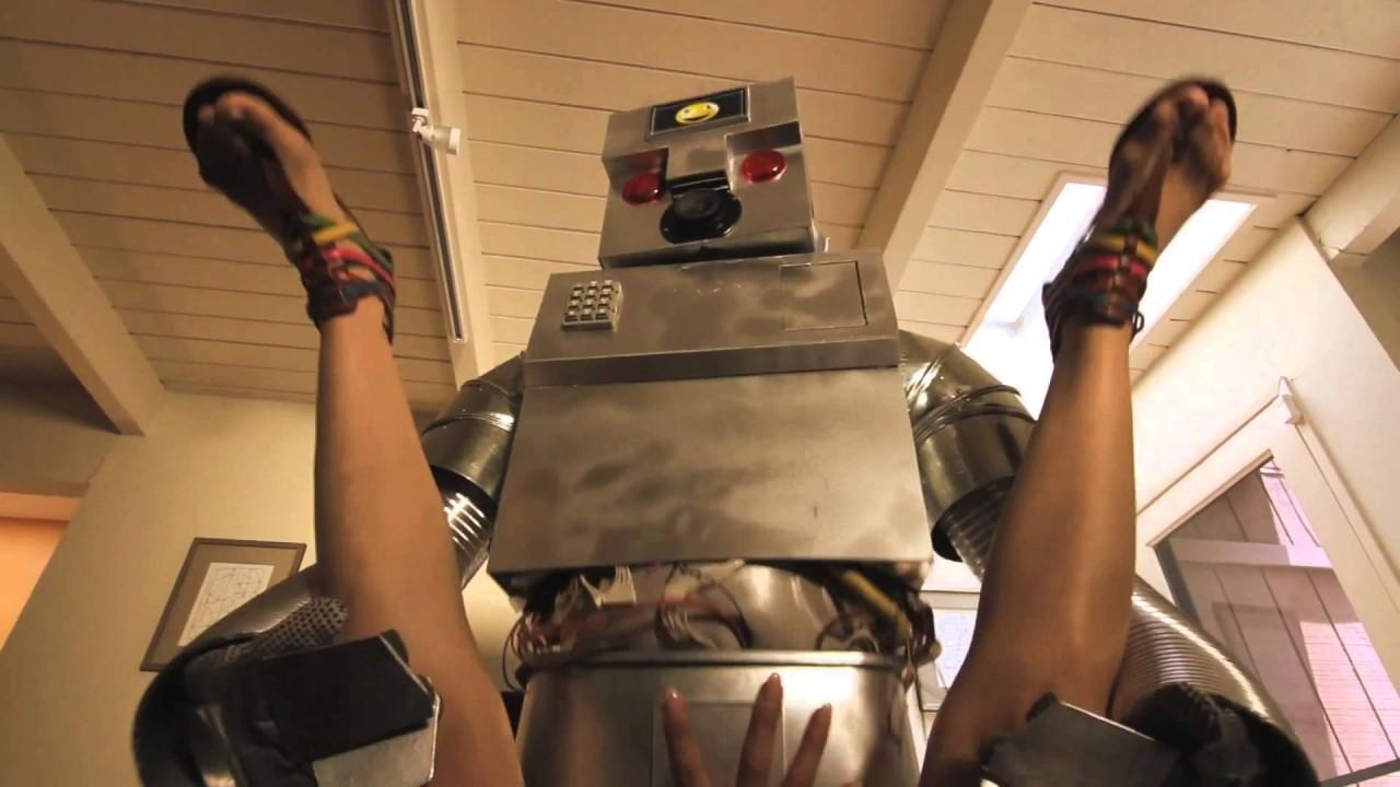 Женщина робот занимается сексом
