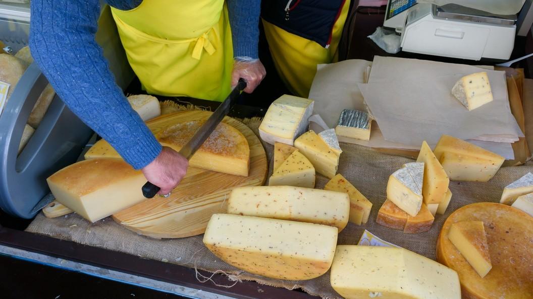 Эксперты рассказали, когда станет заметен отказ России отимпортного сыра