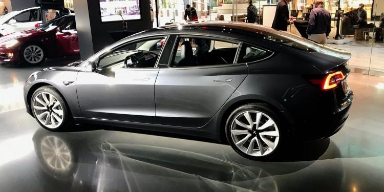1-ый показ Tesla Model 3 собрал огромную толпу в коммерческом центре Стэнфорда