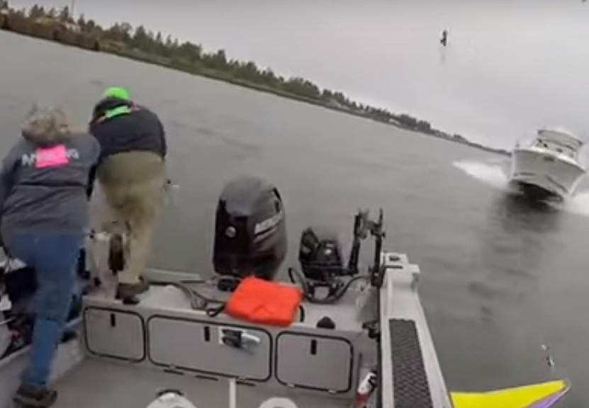 ВСША рыболовы спрыгнули вводу засекунду достолкновения скатером