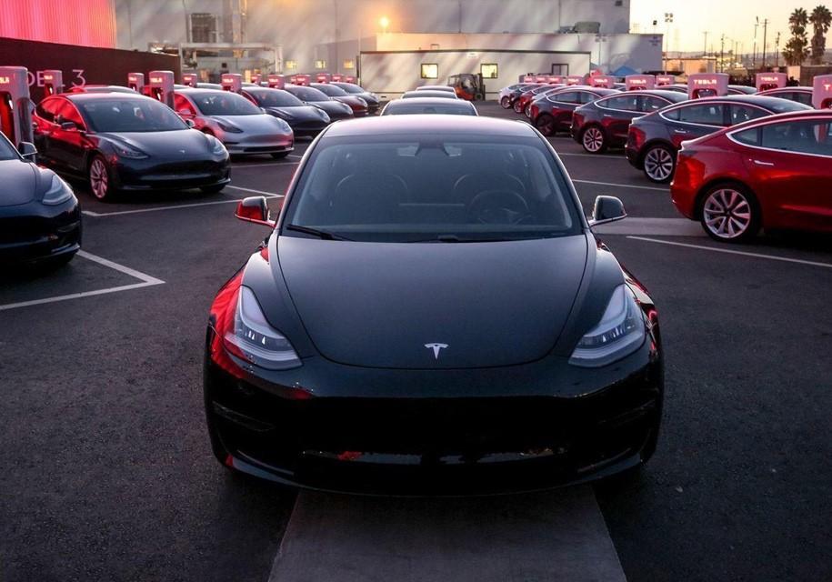 Седан Tesla Model 3 купил четырнадцатилетний тинейджер