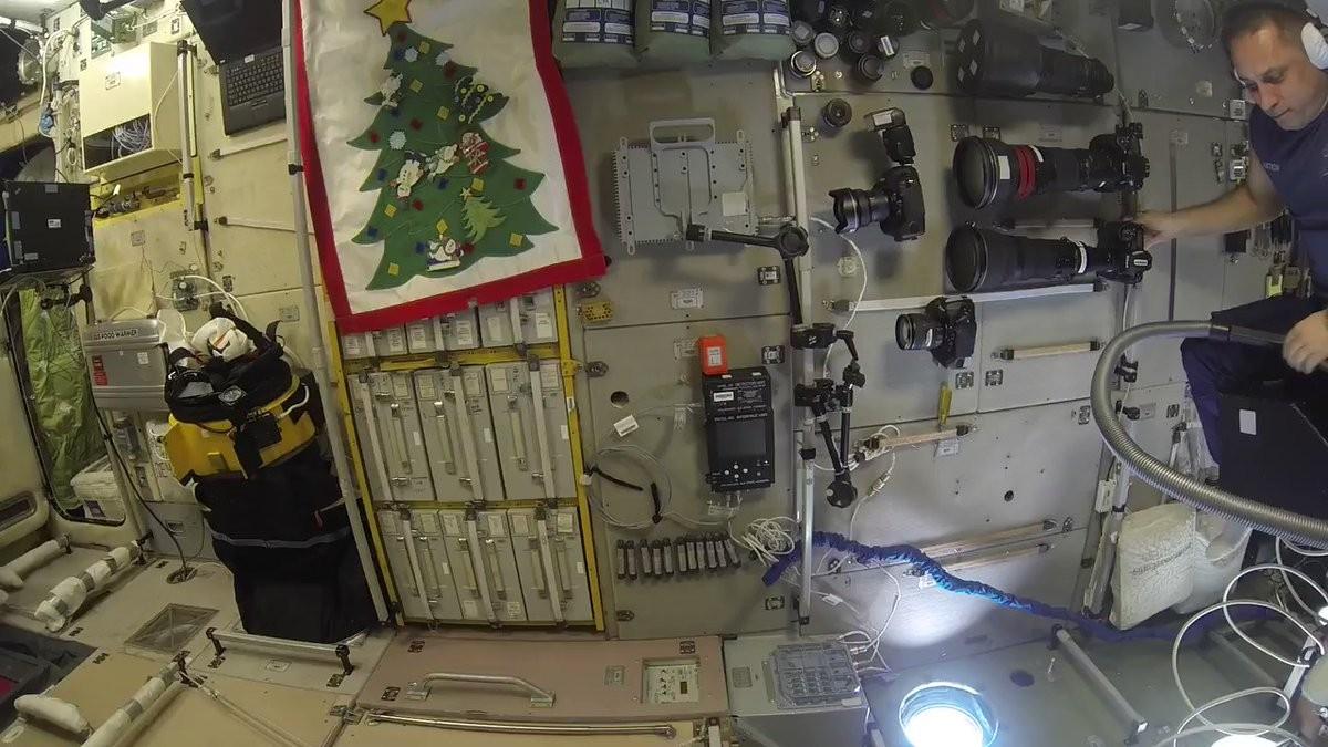 Русский космонавт оседлал пылесос наМКС