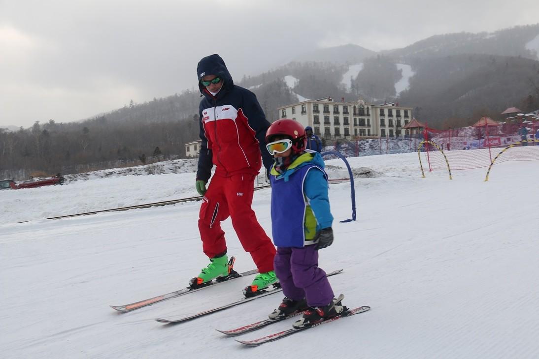 ВКитайской народной республике создали самый длинный ледяной бар и наибольшую снежную картину