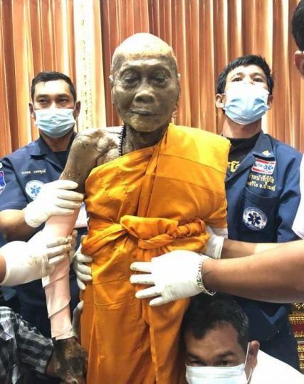 Буддийский монах, тело которого эксгумировали воспитанники, улыбается ипосле смерти