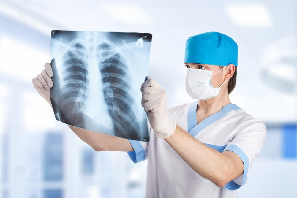 Втеле астраханки мед. работники оставили хирургический зажим