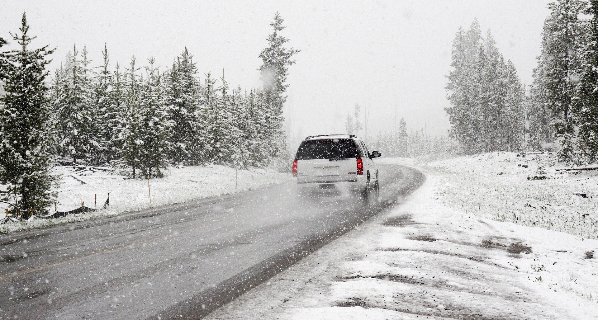 Врезультате дорожно-траспортного происшествия маршрутка протаранила ограждение