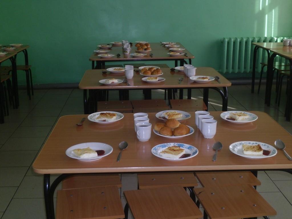 Голыми руками накладывают еду вшколе Екатеринбурга