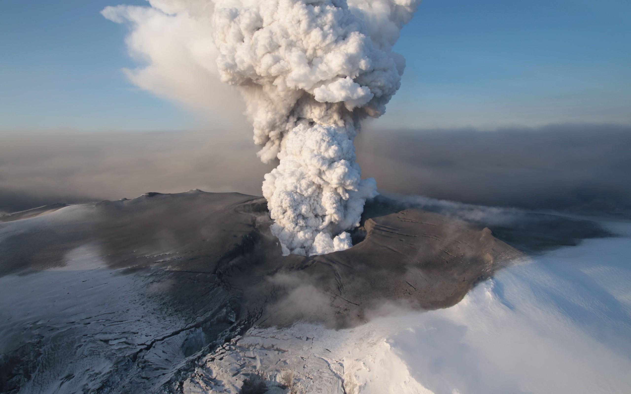 НаКамчатке вулкан Карымский выбросил 5-километровый столб пепла