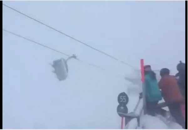 В Австрии лыжники несколько часов качались в подъёмнике в порывах шторма