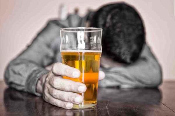 В Саратовской области пьяный мужчина в кафе избил стульями девушек