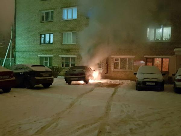 В Йошкар-Оле прохожий тушил снегом горящий автомобиль