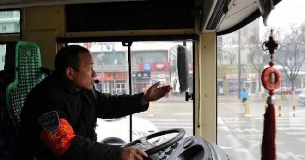 Шофер из Китая стал знаменитостью, объявляя остановки на английском языке