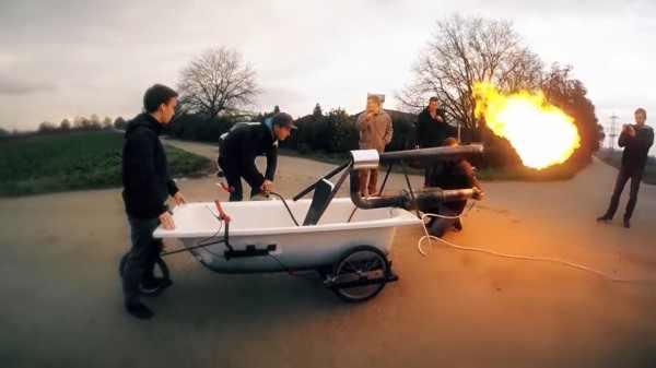 В Германии блогеры сделали из ванны летательный аппарат