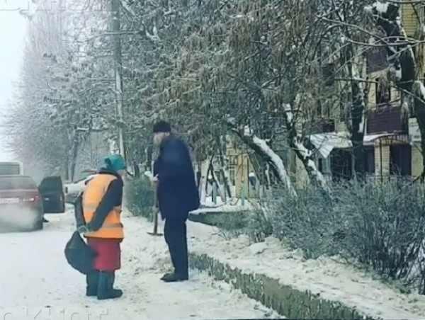 Пятигорец помог бабушке-дворнику расчистить обочину от снега