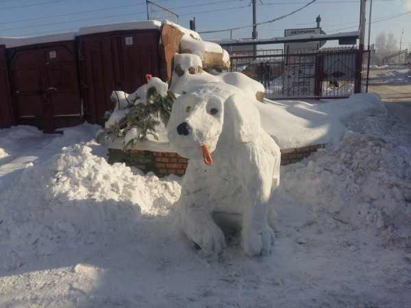 Житель Воронежа вылепил из снега забавную фигуру собаки