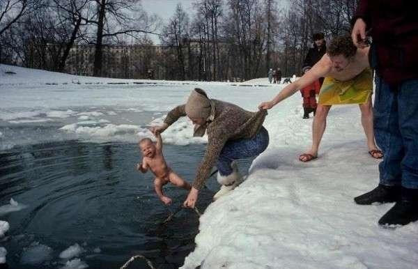 Жители Казахстана в 40-градусный мороз греются в проруби