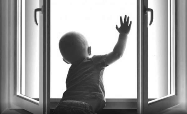 В Якутии пьяный отец выбросил из окна 10-месячную дочь