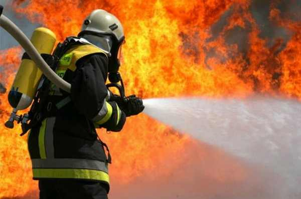 Во Владивостоке начался масштабный пожар на складе