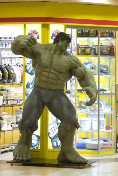 Новосибирец при помощи резака сделал трёхметровую фигуру Халка