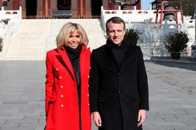 Супруга президента Франции оделась в цвета китайского флага