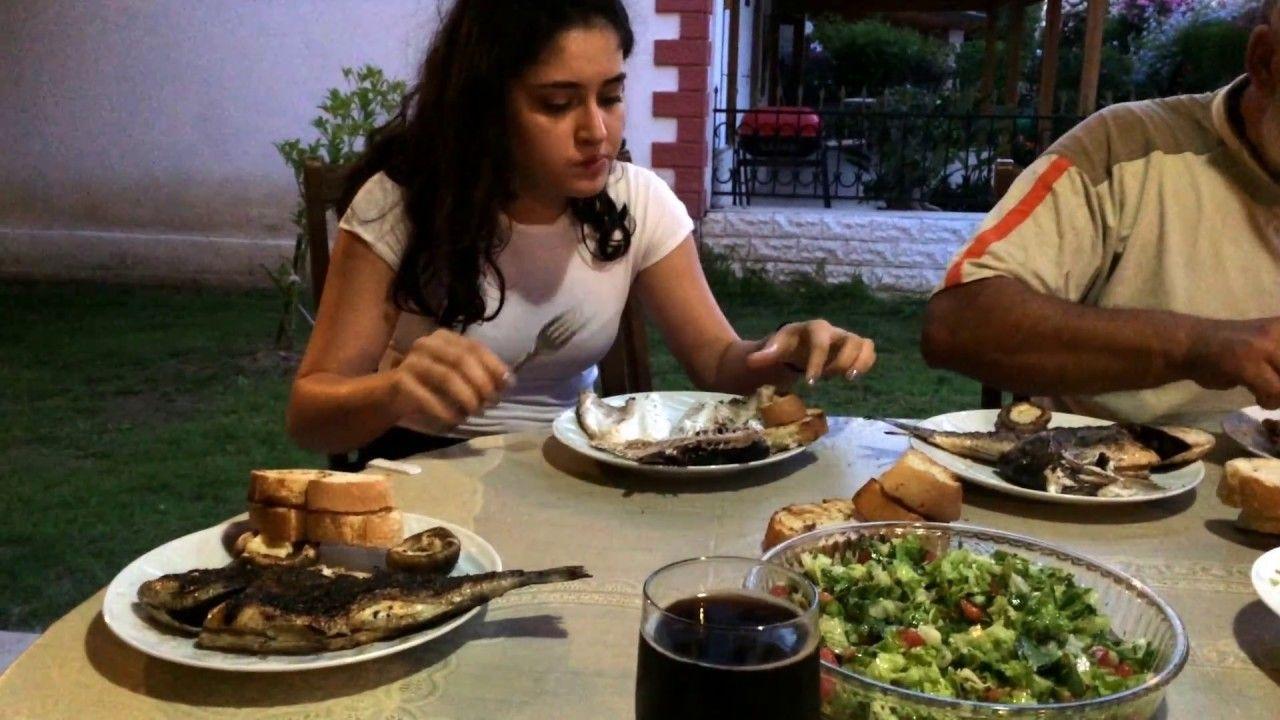 Турецким мусульманам посоветовали неиспользовать левую руку для приема пищи ипитья