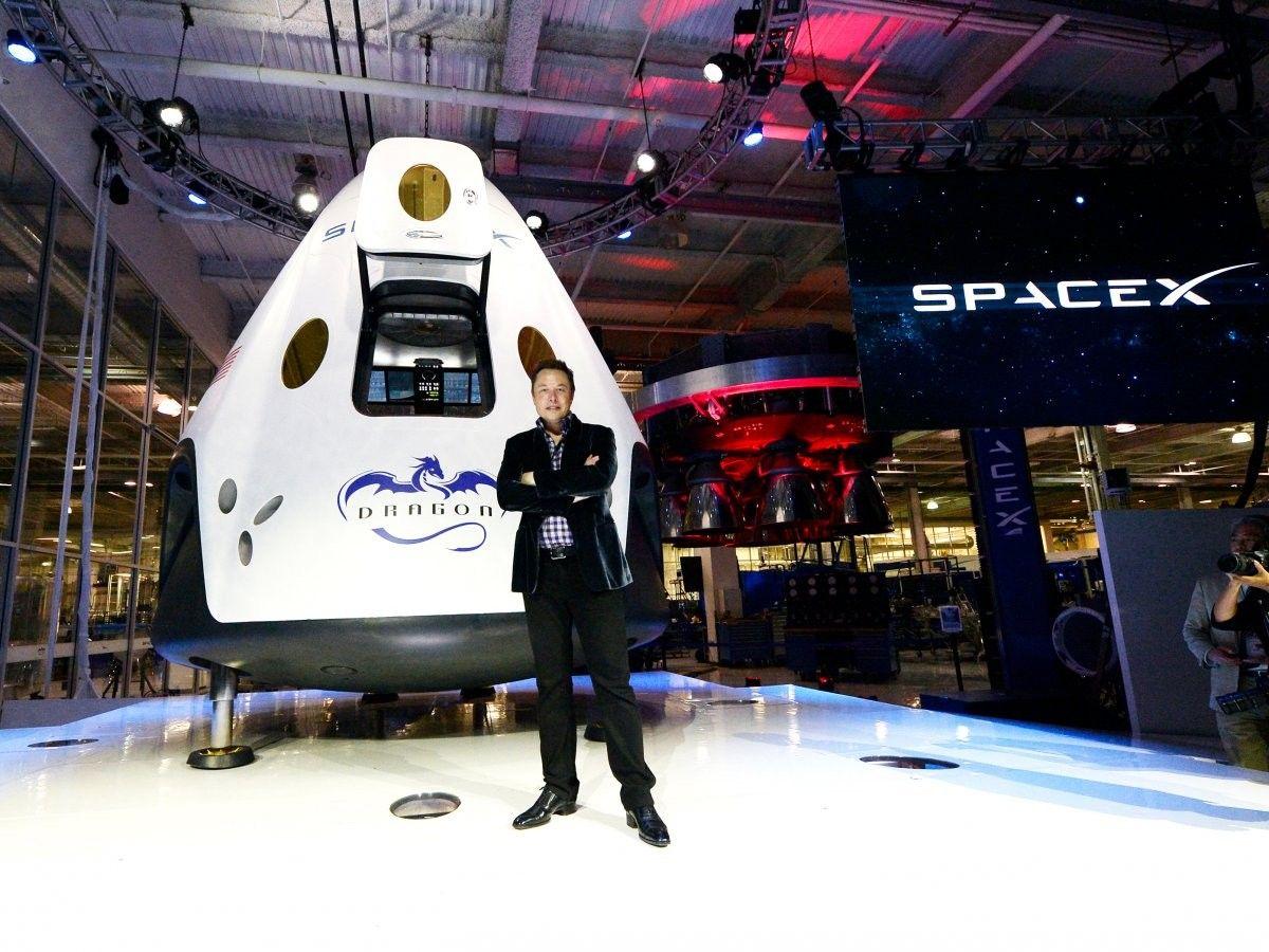 SpaceX отправит туристов кЛуне в нынешнем году