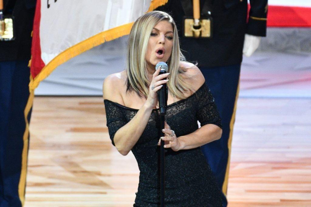 «После этого нужна сигарета». штатская эстрадная певица очень чувственно исполнила гимн