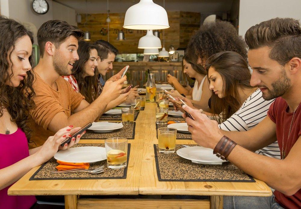 Люди стали чаще пользоваться телефонами вовремя секса инапохоронах— Ученые