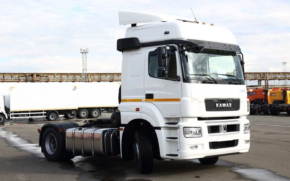 «КАМАЗ» отправил новому партнёру седельные тягачи