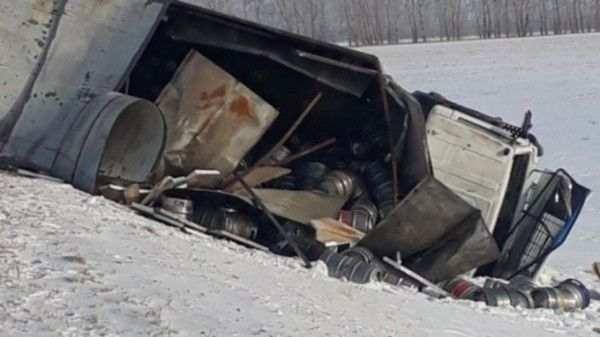 Грузовик с пивом перевернулся на трассе в Алтайском крае