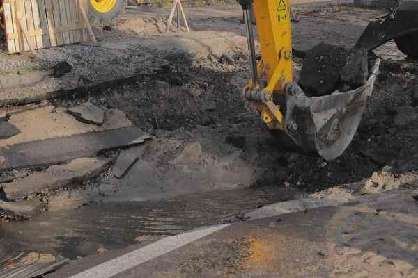 Ночью в Твери прорвало трубопровод, кипятком залиты улицы