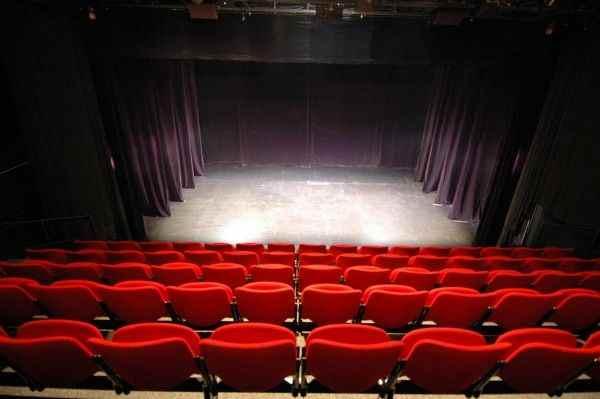 Странные голоса удивили зрителей и актеров театра