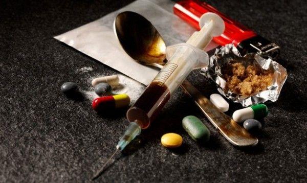 Эксперты: Большинство родителей-наркоманов используют детей для наживы