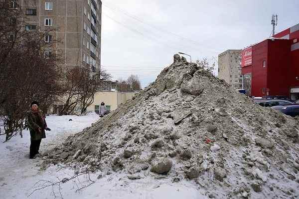 В Казани владельцы автомобилей закидали детсад грязным снегом