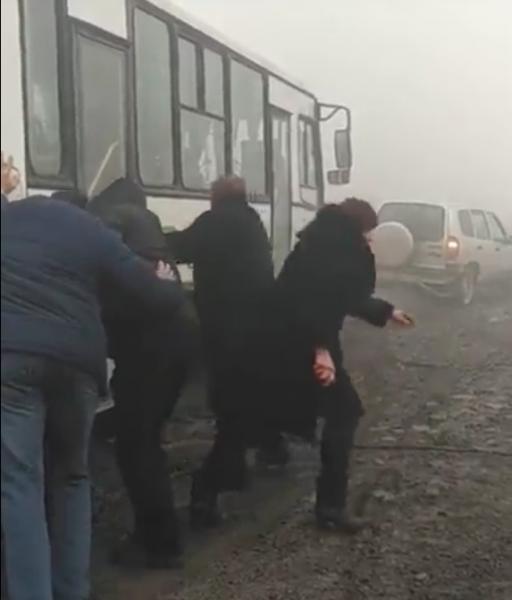 В Кисловодске людям на похоронах пришлось выталкивать автобус из грязи