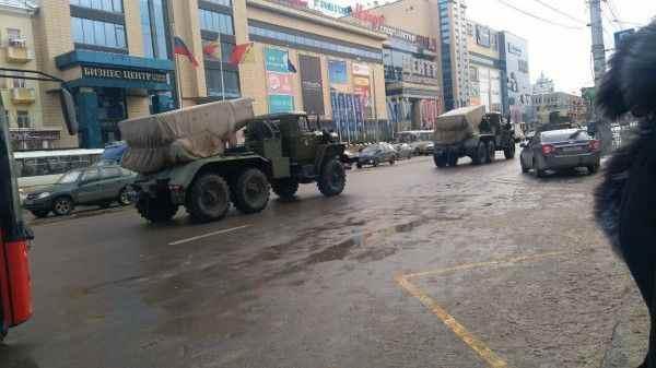 В центре Воронежа гаубицы и БТР встали в пробке