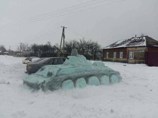 Воронежец сделал из снега танк размером с автомобиль