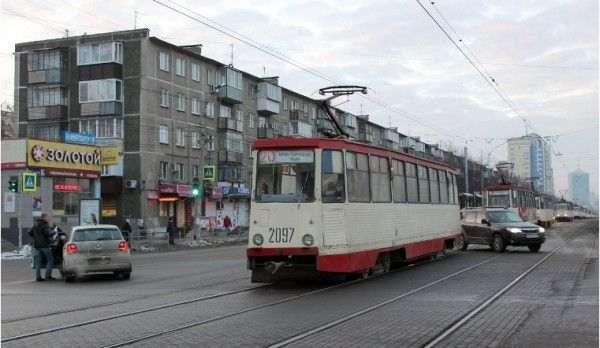 В центре Челябинска трамвай столкнулся с иномаркой Mazda