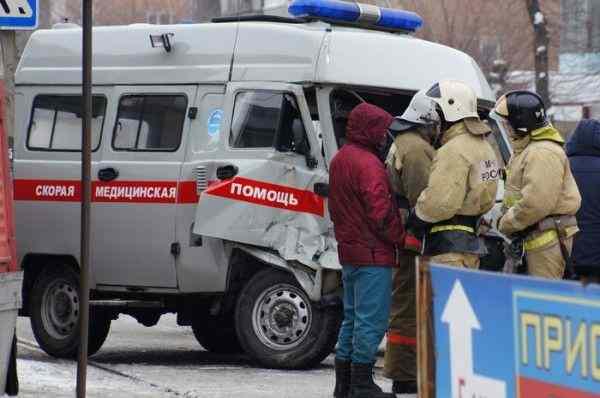 В Алтайском крае трамвай протаранил машину скорой помощи
