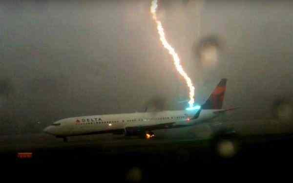 Появилось видеозапись удара молнии в крыло самолета Ryanair
