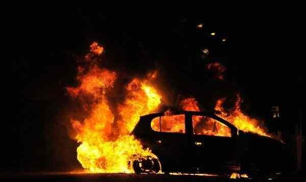 На юге Москвы автомобиль сгорел во дворе