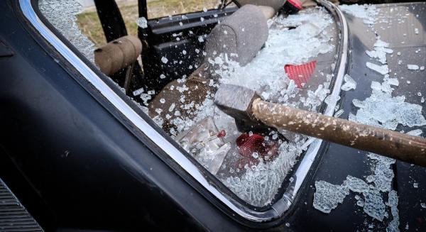 В центре Нижнего Новгорода неизвестные изрубили топорами автомобили