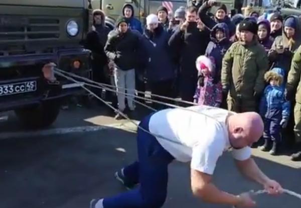Приморский силач Иван Савкин отбуксировал КамАЗ в честь праздника