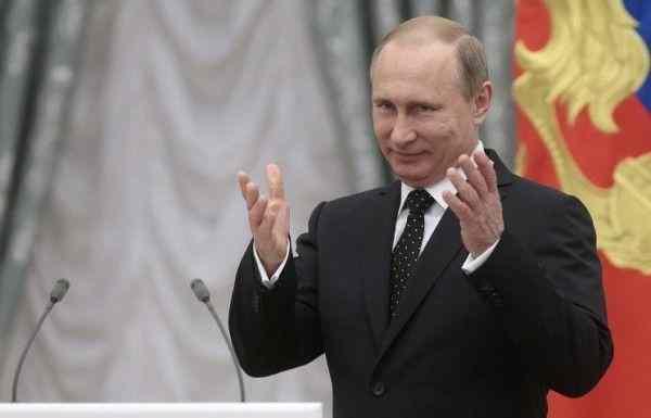Путин вручил Звезду Героя РФ вдове погибшего в Сирии летчика Филипова