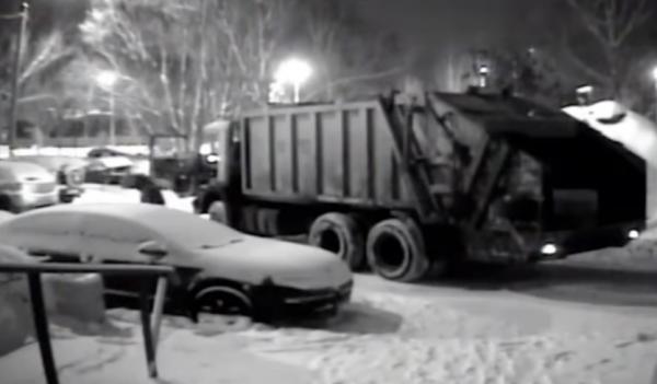 В Самаре водитель мусоровоза жестоко отомстил любителю неправильной парковки
