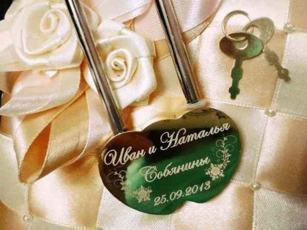 Свадебные замки с гравировкой: традиции и современность