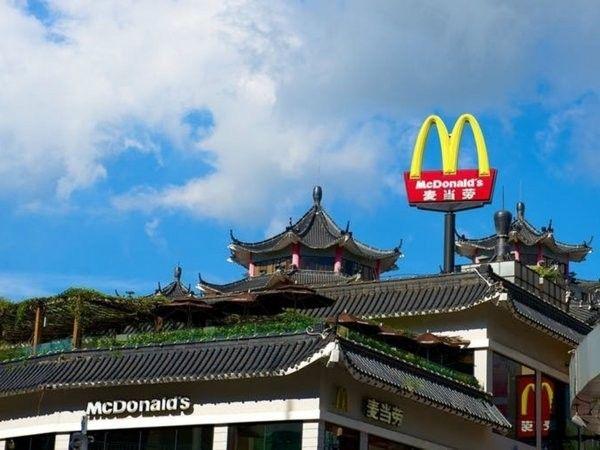 Новинка китайского McDonald's: вменю появился «рашнбургер» столстым куском колбасы
