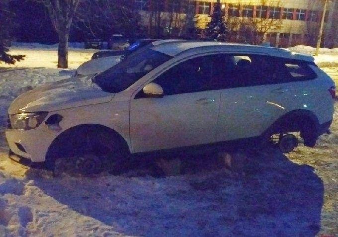 В России продолжают варварски воровать колеса сновых lada VestaSW Cross