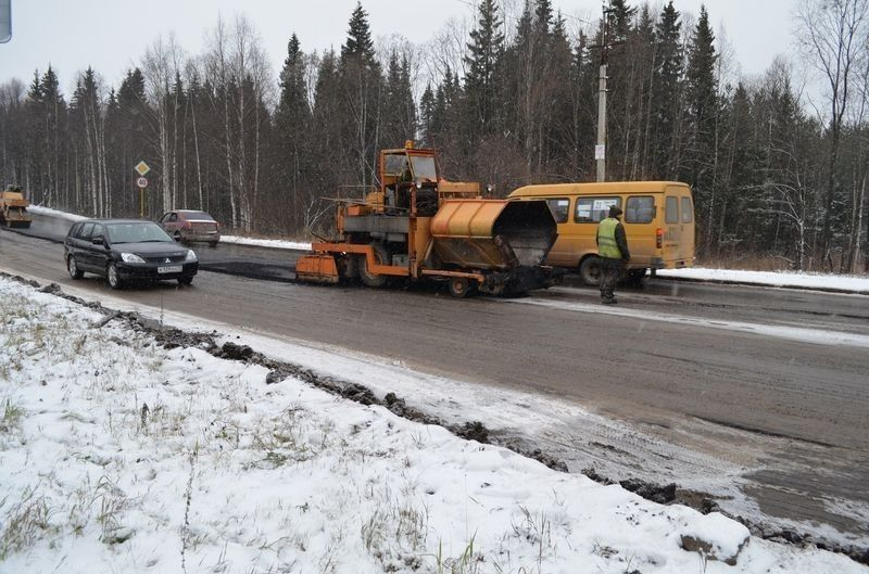 В Смоленской области ямы на дорогах ремонтируют с помощью снега