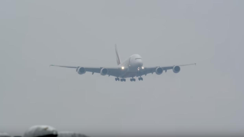 Посадка крупнейшего пассажирского самолета вшторм угодила навидео